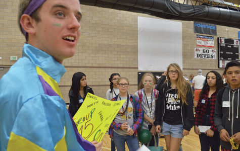 Link Crew leader Riley Dudley '20 gathers his freshmen in a circle and prepares to take them on a  school tour.
